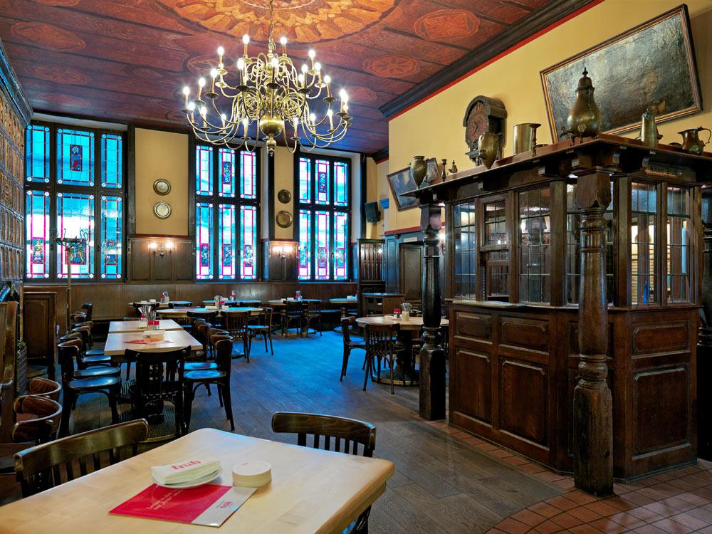 Kölsches Brauhaus in der Innenstadt von Köln | Früh am Dom